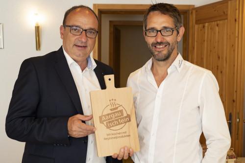 Landwirtschaftsdirektor Markus Dieth und Ralf Bucher, Geschäftsführer BVA mit dem Aargauer Holzbrättli